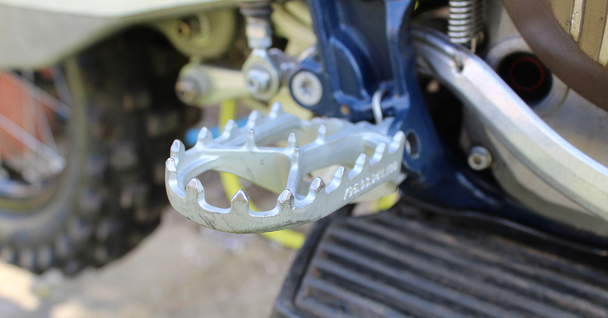 enduro21_how_to_fit_footpegs_header_1200